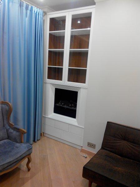 Встроенный шкаф с биокамином белый глянец