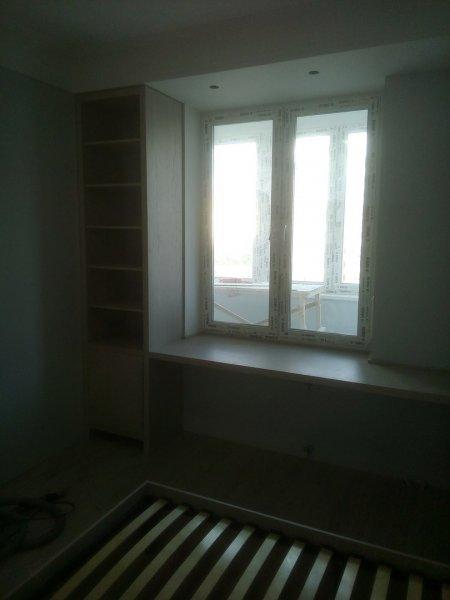 Фрагмент встроенной спальни: пенал и стол ШПОН