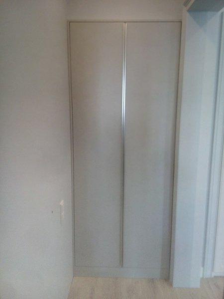 Встроенный шкаф с плоскими ручками