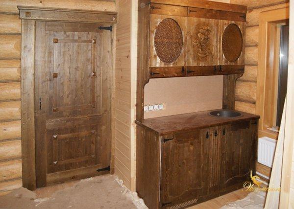 Мини-кухня и дверь под старину