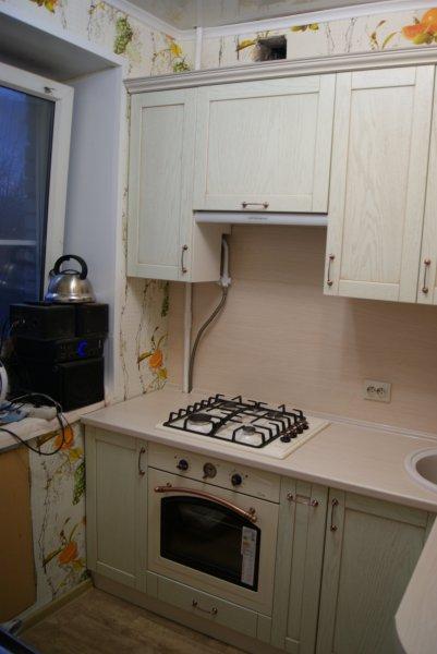 Кухня зефирно-зеленого оттенка в Хрушевку