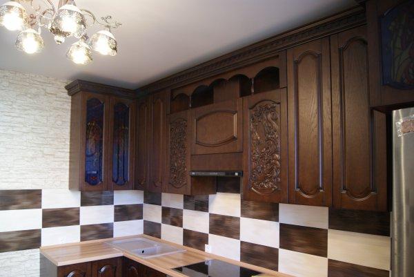 Кухня угловая орех и светлое дерево на столешнице