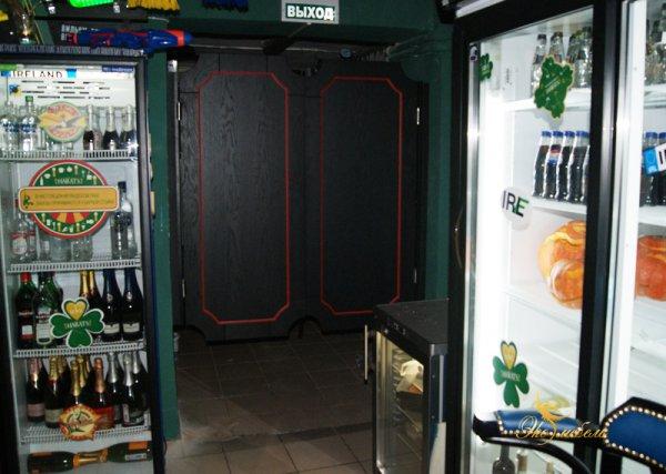 Двери распашные в обе стороны в паб (бар)