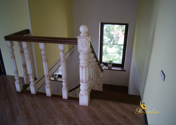 Лестница из массива ясеня с точенками 80 и 150 мм
