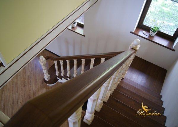 Лестница 2-х цветная из массива