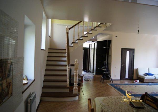Шикарная лестница из массива