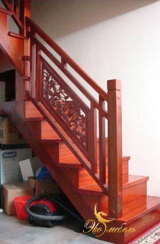 Фрагмент лестницы с резными панелями 3д