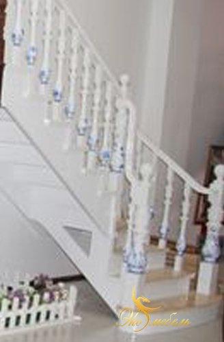 Лестница белая с синей росписью