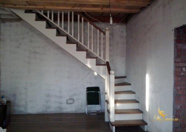 Лестница с 3 забежными ступенями из массива ясеня