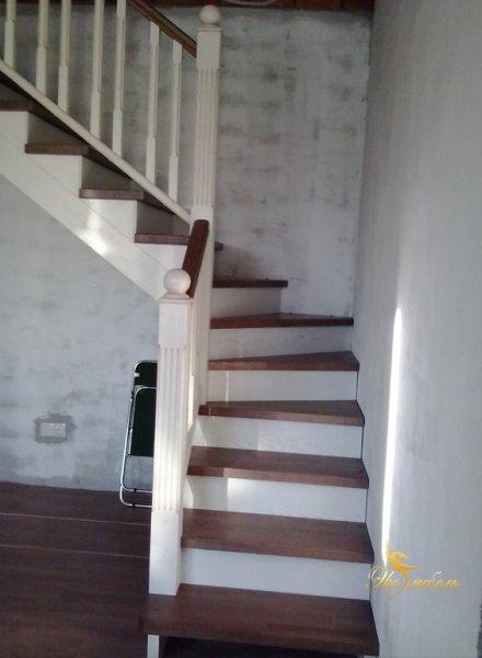 Лестница 2-х цветная: ступени подобранный под ламинат, остальная часть-кремовая..